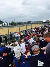 Les spectateurs sont prêts à contempler les derniers tours de piste.